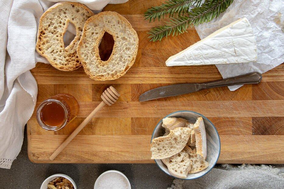 le frese su tavola con miele e noci