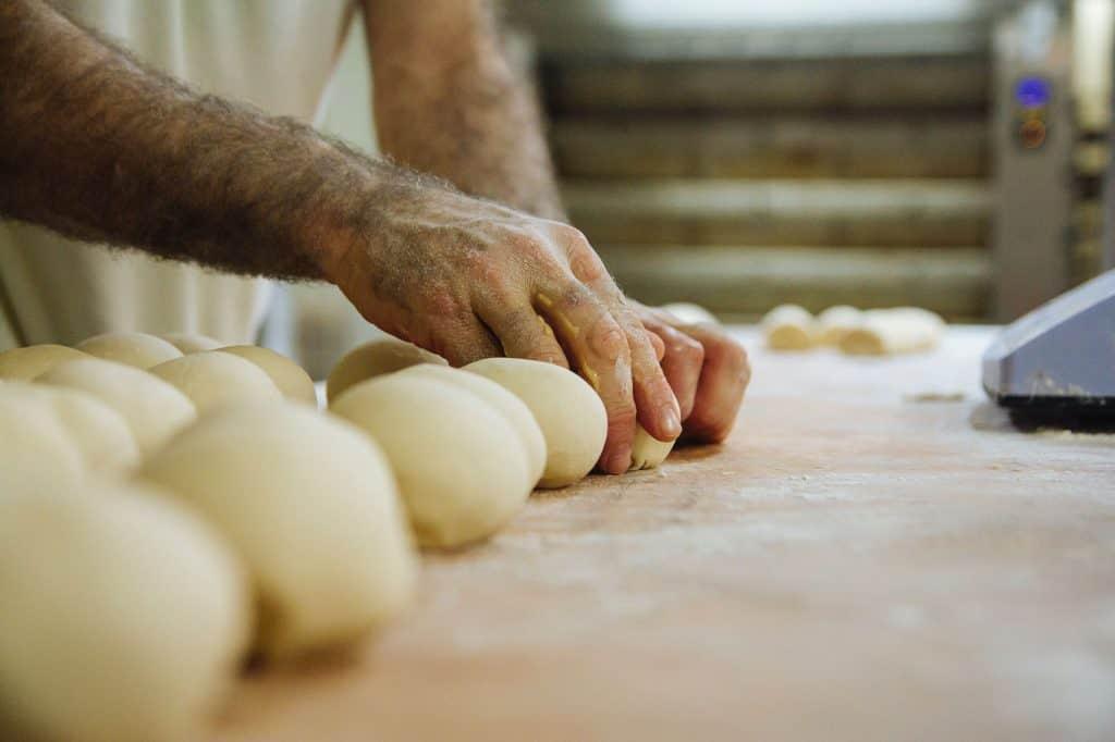 lavorazione a mano della pasta con farina